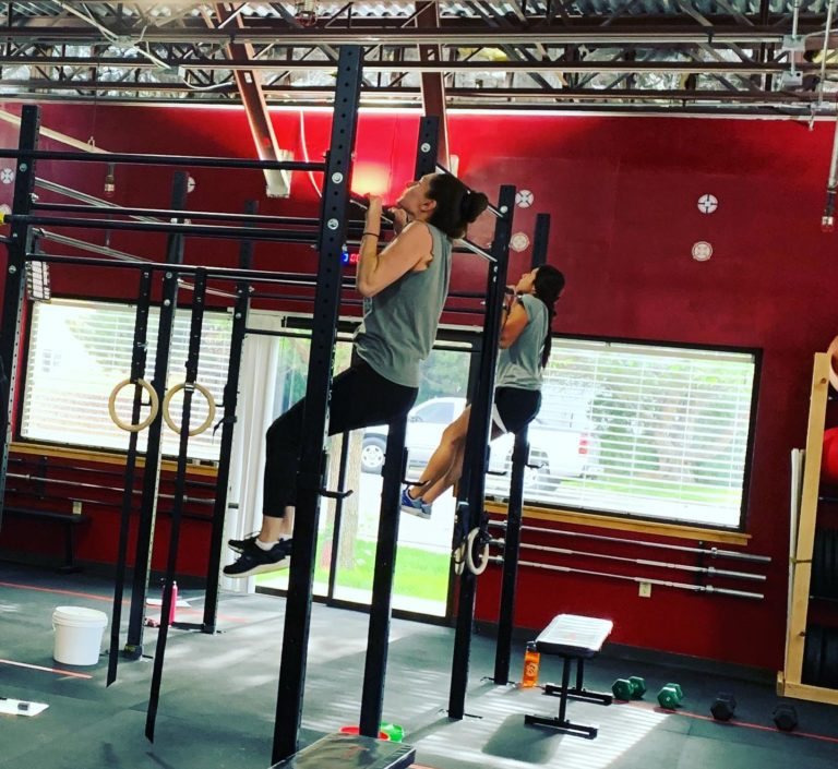 women doing pullups, functional fitness